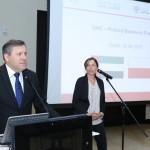 Weronika Tomaszewska-Collins tłumaczy przemówienie ministra Piechocińskiego w trakcie Emiracko-Polskiego Forum Biznesowego w Dubaju